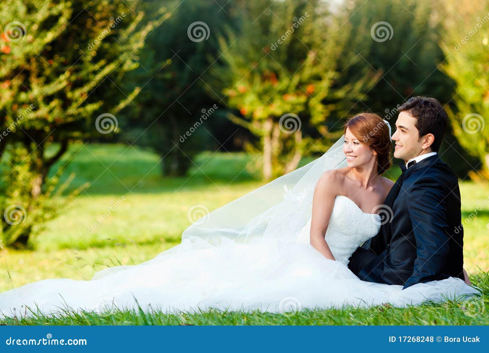 Noiva e noivo felizes