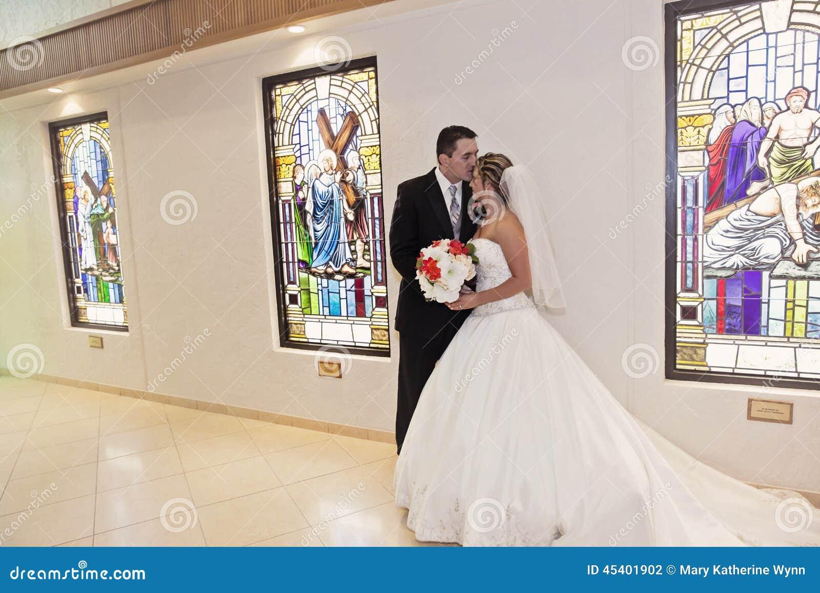 Noiva e noivo na igreja