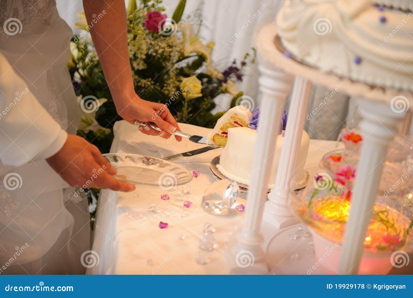 Noiva e noivo que cortam o bolo