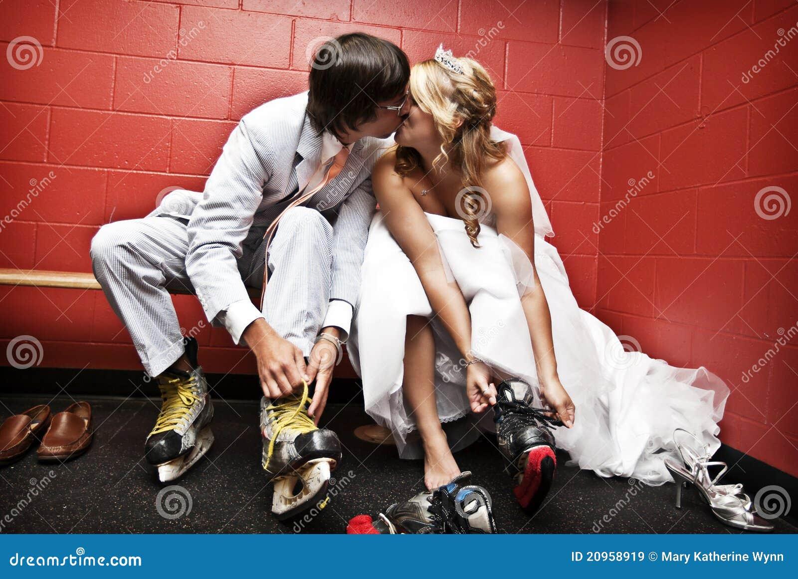 Noiva e noivo que põr sobre patins de gelo