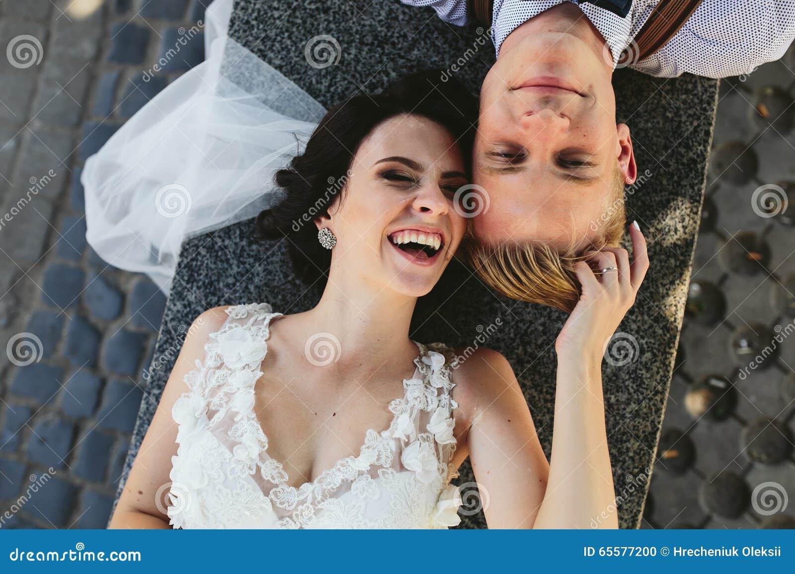 Noiva e noivo que têm o divertimento
