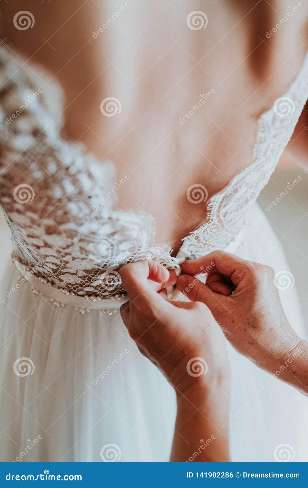 A noiva está obtendo vestida acima