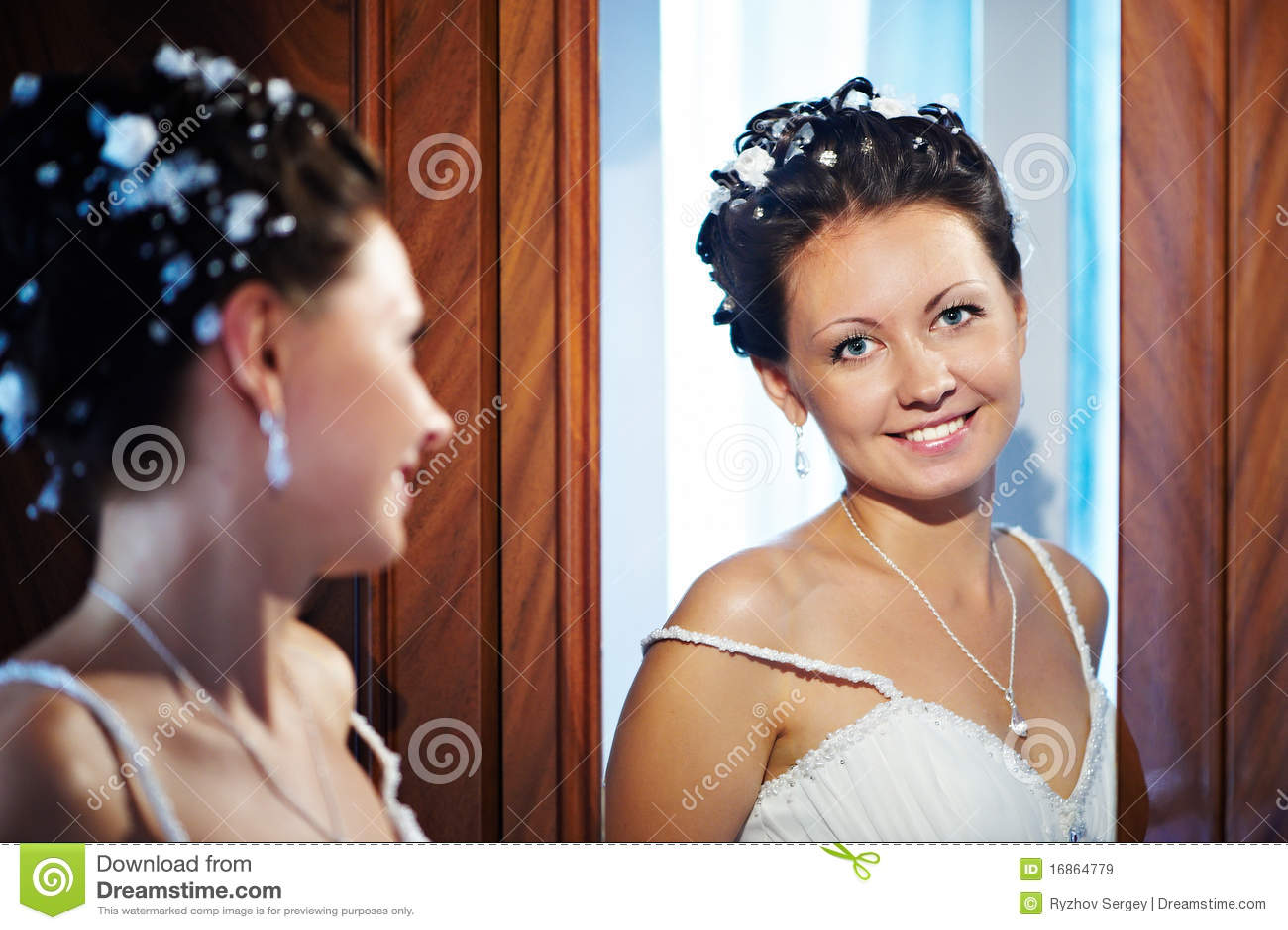 Noiva feliz perto do espelho