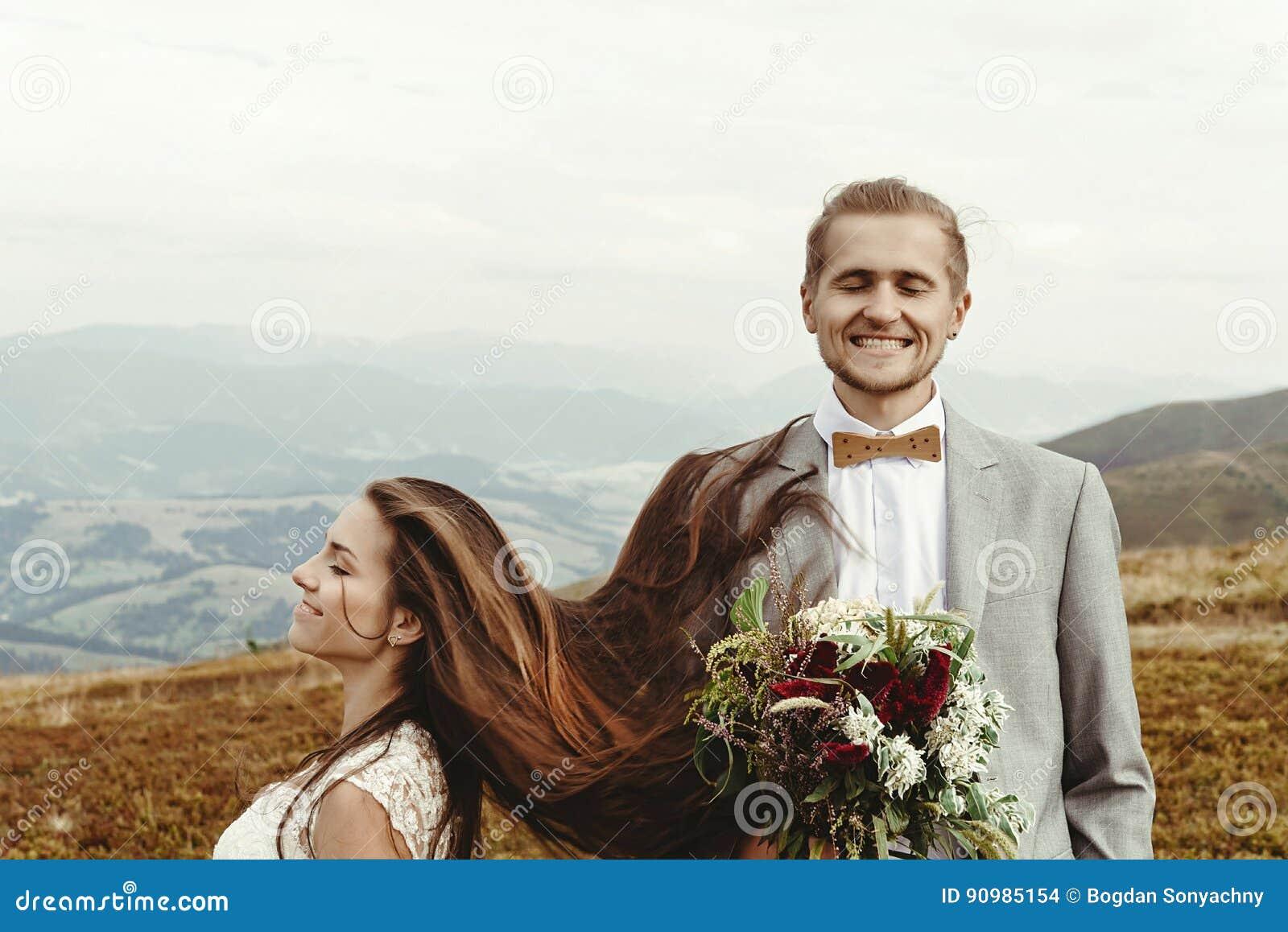 Noiva lindo e noivo à moda que têm o divertimento, casamento do boho, luxu