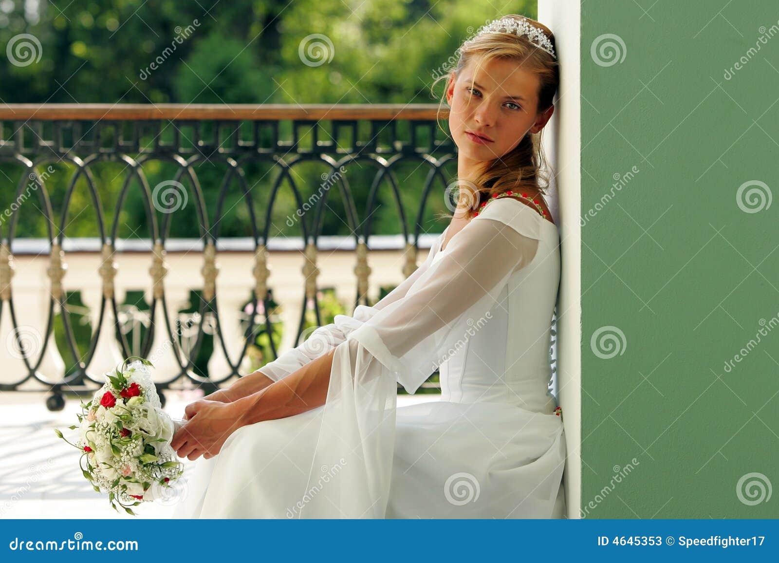 Noiva no vestido de casamento branco