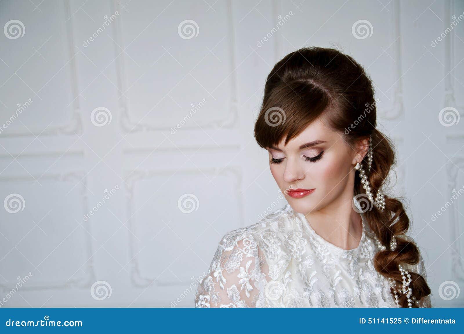 Noiva Nova Bonita Com Penteado Retro Imagem De Stock Imagem De