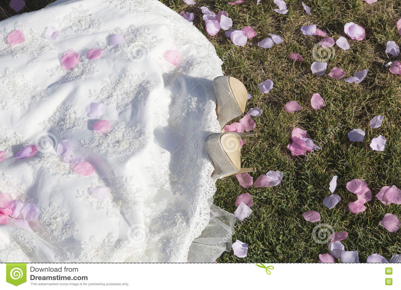 Noiva nova que encontra-se na grama