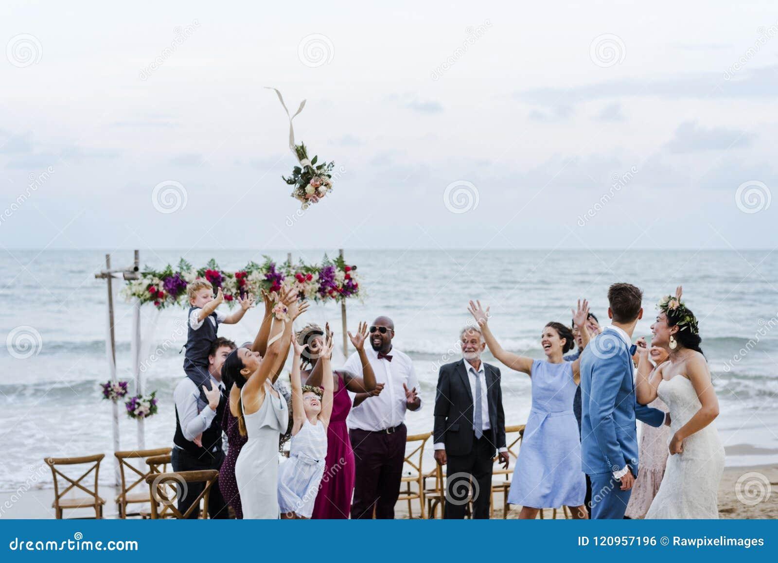 Noiva que joga o ramalhete no casamento