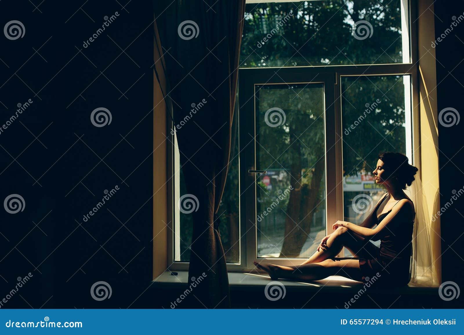 Noiva que olha através da janela