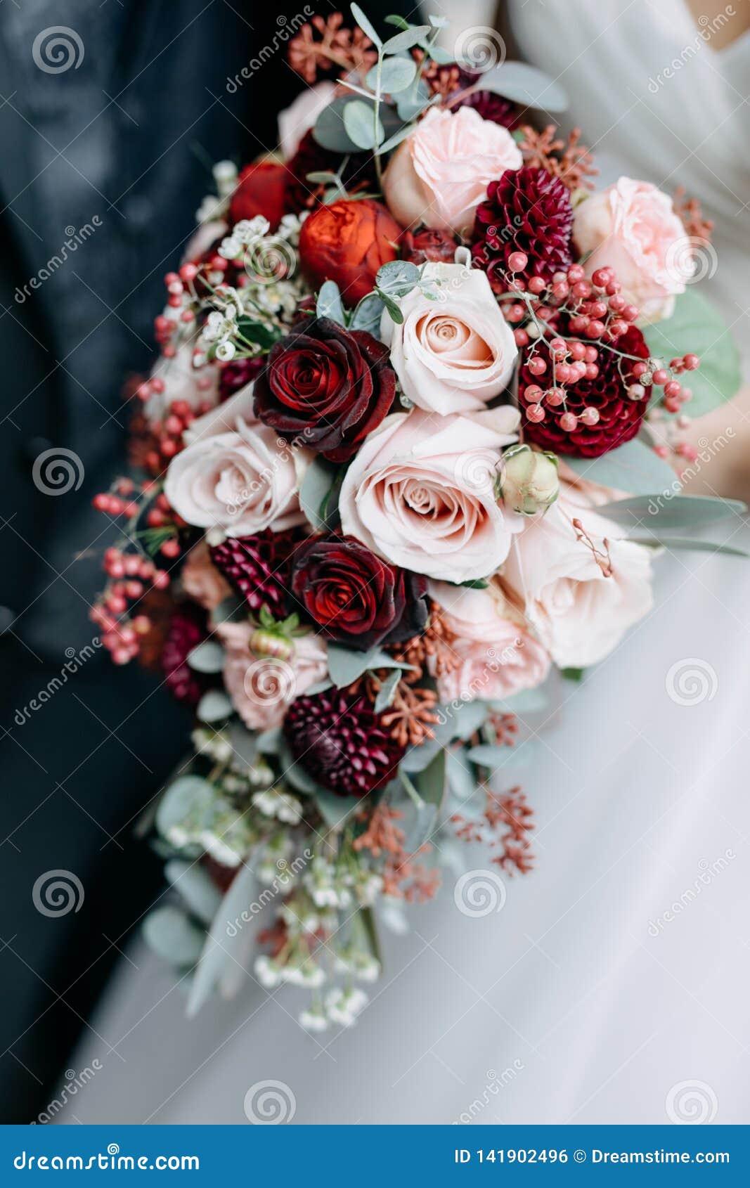 Noiva que prende o ramalhete do casamento