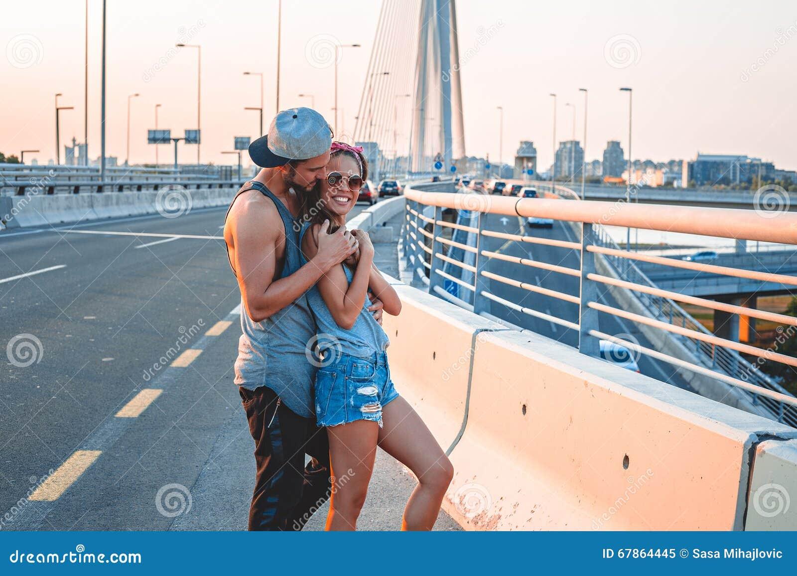Noivo que guarda a amiga na rua