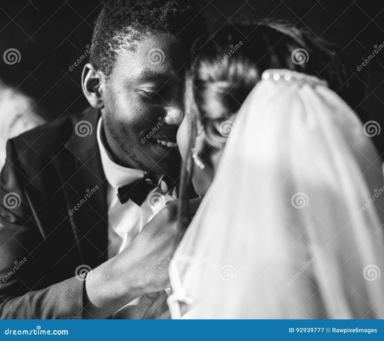 Noivo Wedding Celebration da noiva da ascendência africana do recém-casado