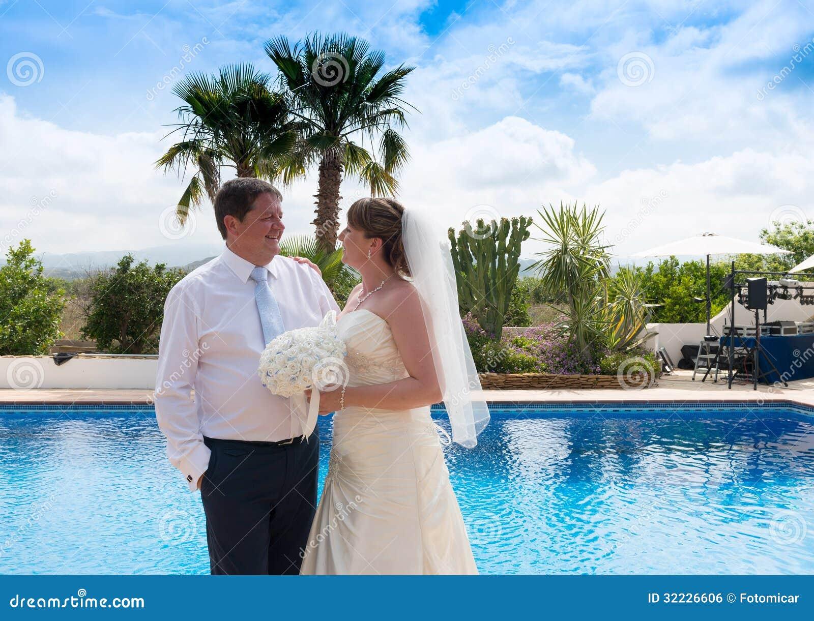 Download Noivos foto de stock. Imagem de bride, vestido, outdoor - 32226606