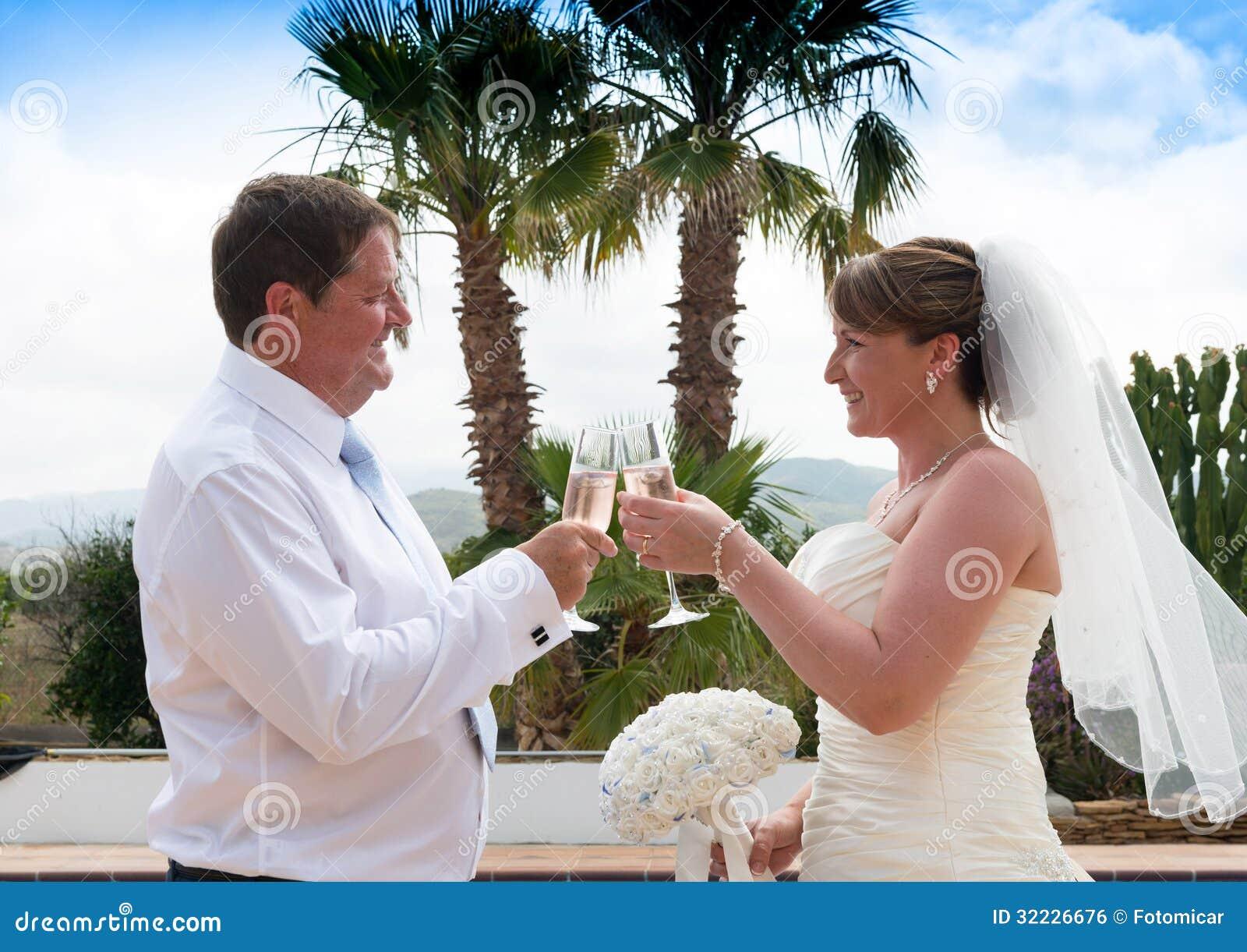 Download Noivos foto de stock. Imagem de ceremony, beijar, casamento - 32226676