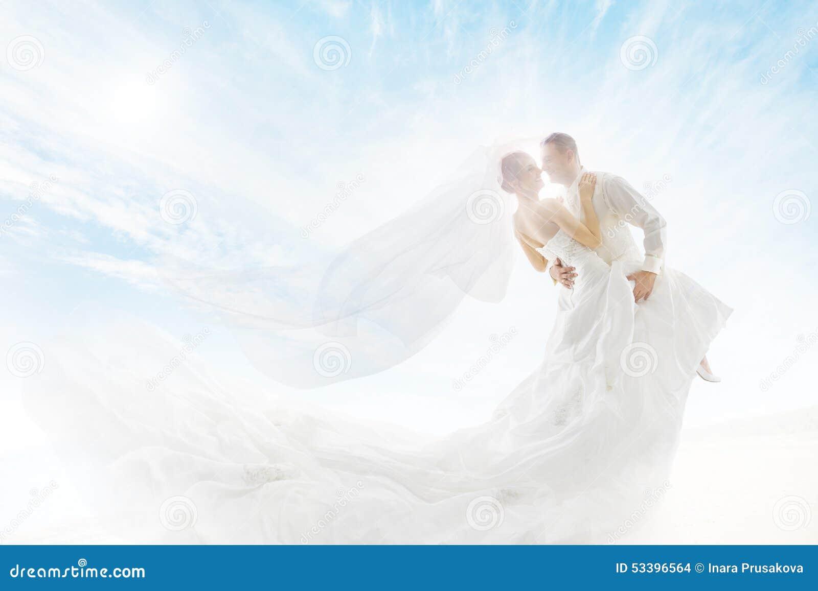 Noivos Couple Dancing, véu longo do vestido de casamento
