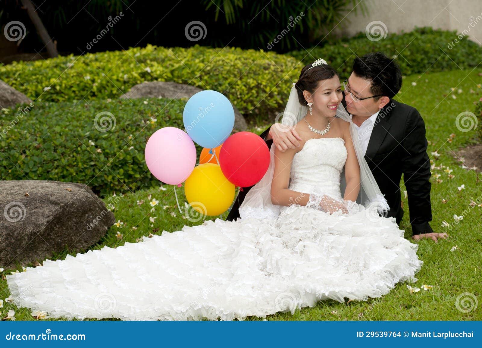 Noivos felizes em seu dia do casamento.