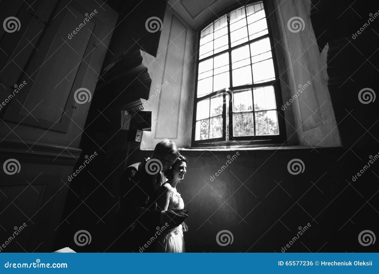 Noivos no fundo de uma janela