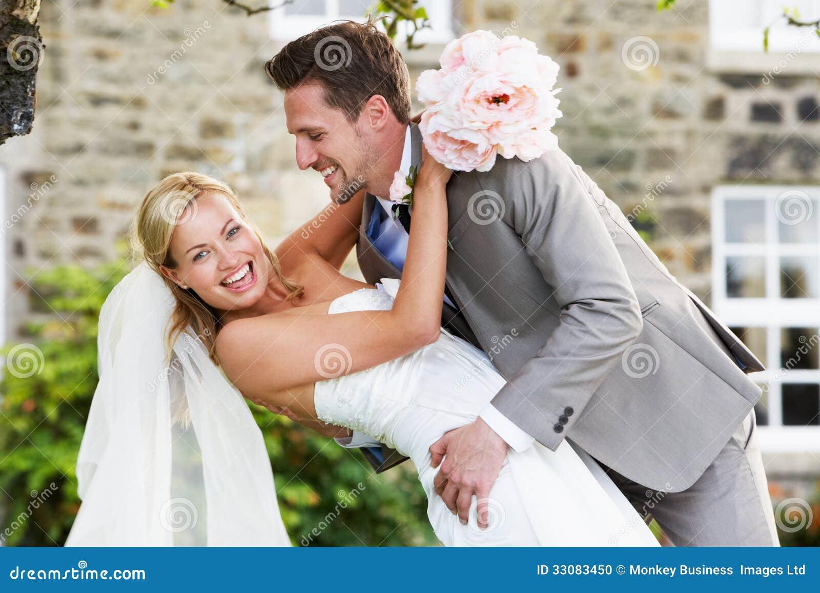 Noivos românticos Embracing Outdoors