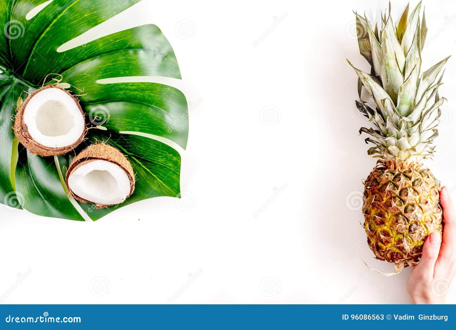 Noix de coco et ananas coupés en tranches dans la maquette blanche de vue supérieure de fond d été de conception exotique de frui
