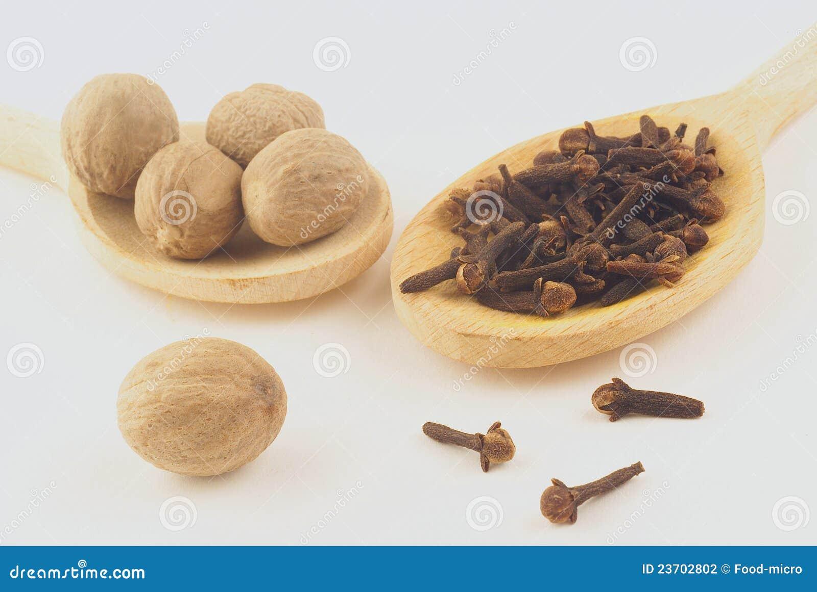 Noix de muscade et clous de girofle photographie stock for Noix de muscade cuisine