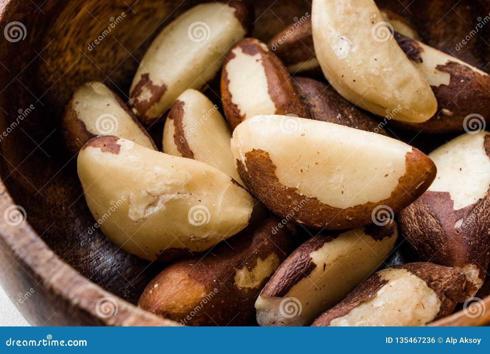 Noix du brésil dans la cuvette en bois sans Shell