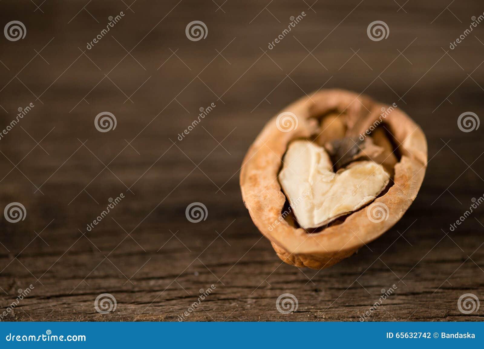 Noix en forme de coeur attendant pour être découvert ensemble