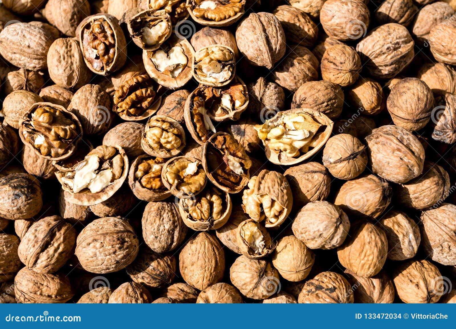 Noix organique fraîche crue En Shell Nuts Nourriture saine sur le marché d agriculteur