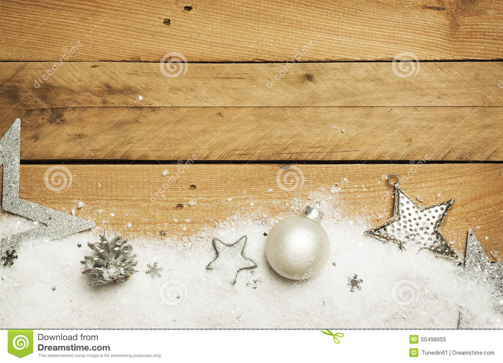 Noël, neige artificielle avec la décoration de Noël sur le fond en bois
