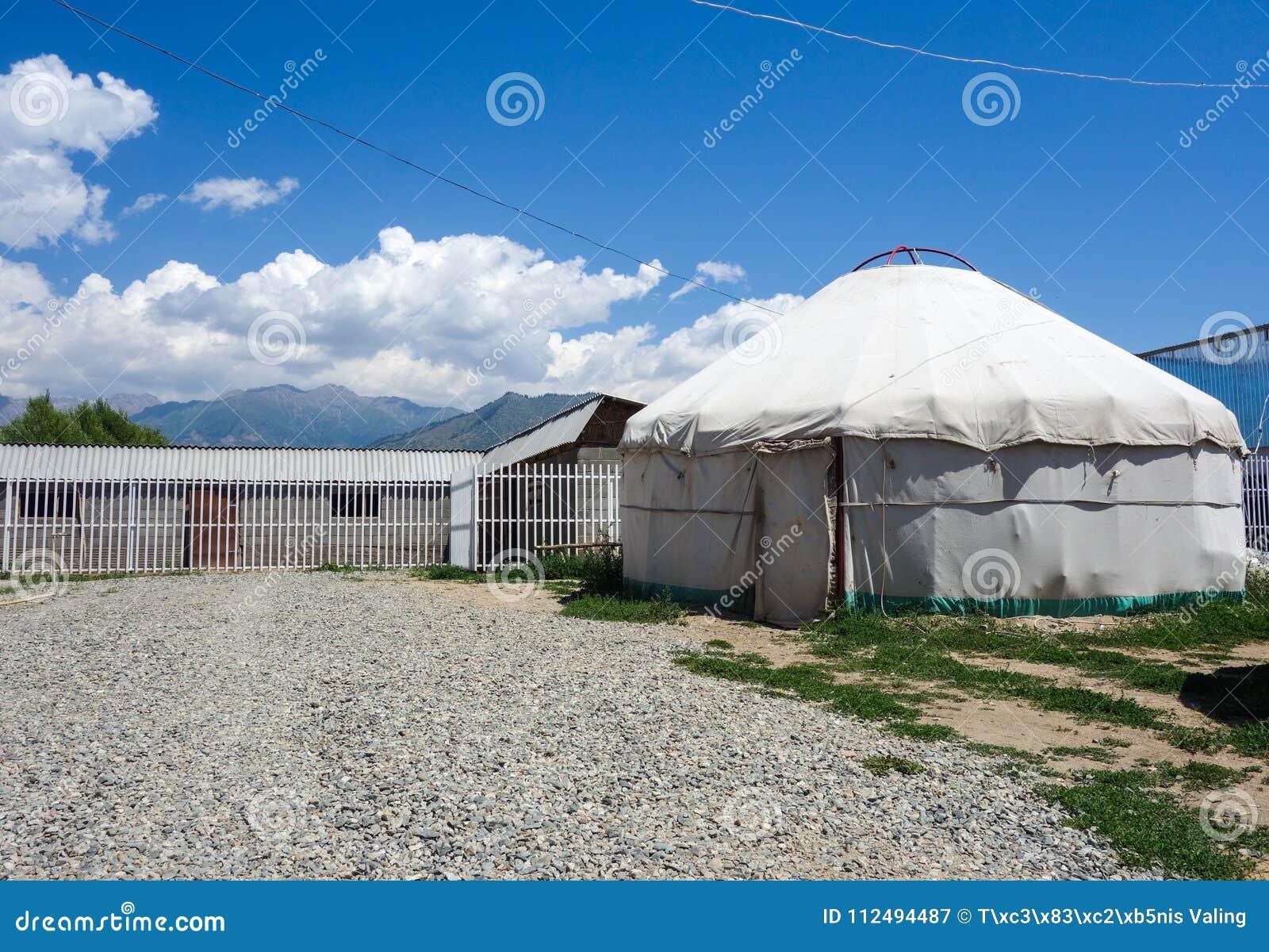 Nomadische yurts tijdens zomer