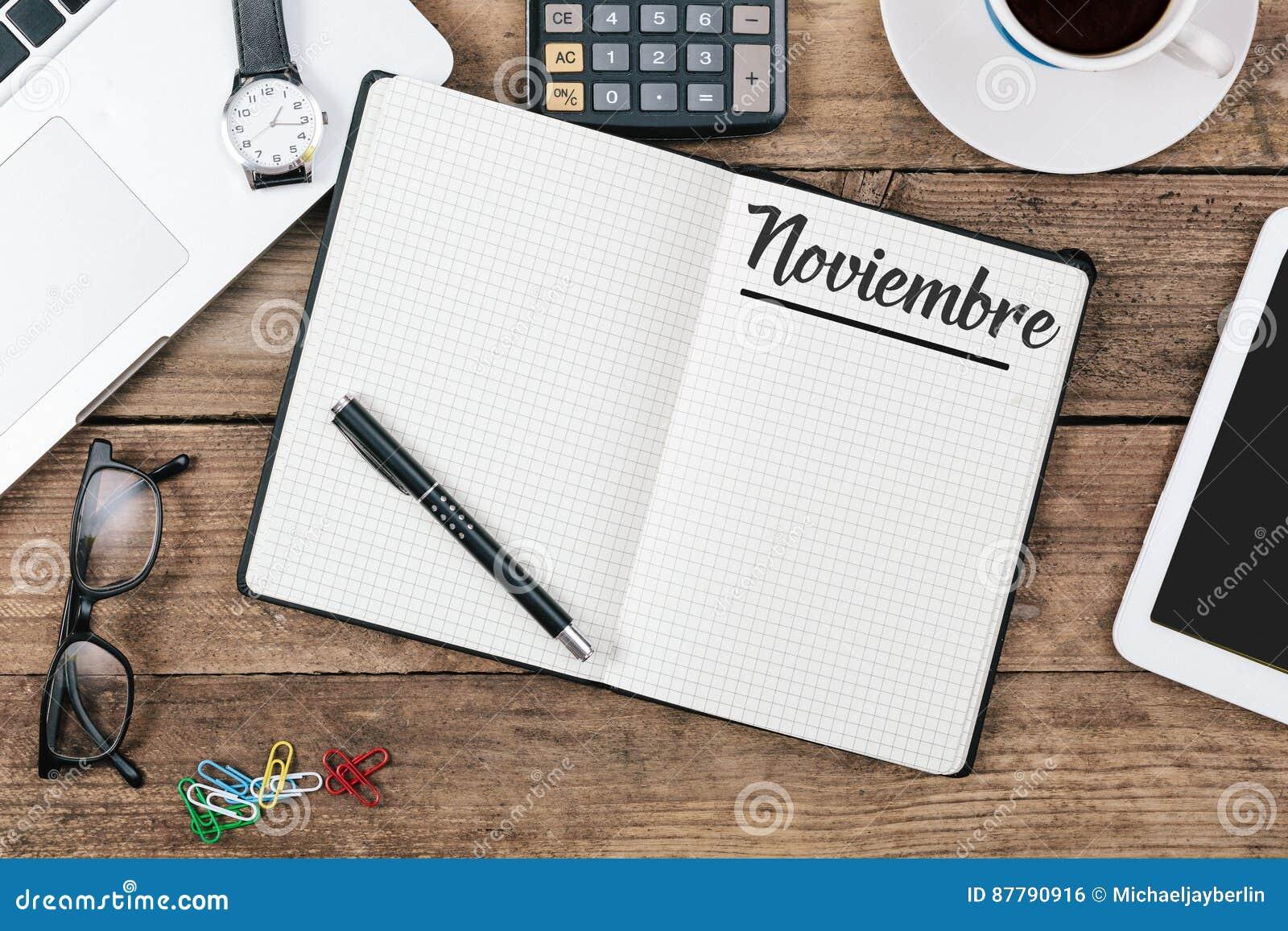 Nombre del mes de noviembre del español de Noviembre en el cuaderno de notas de papel en apagado