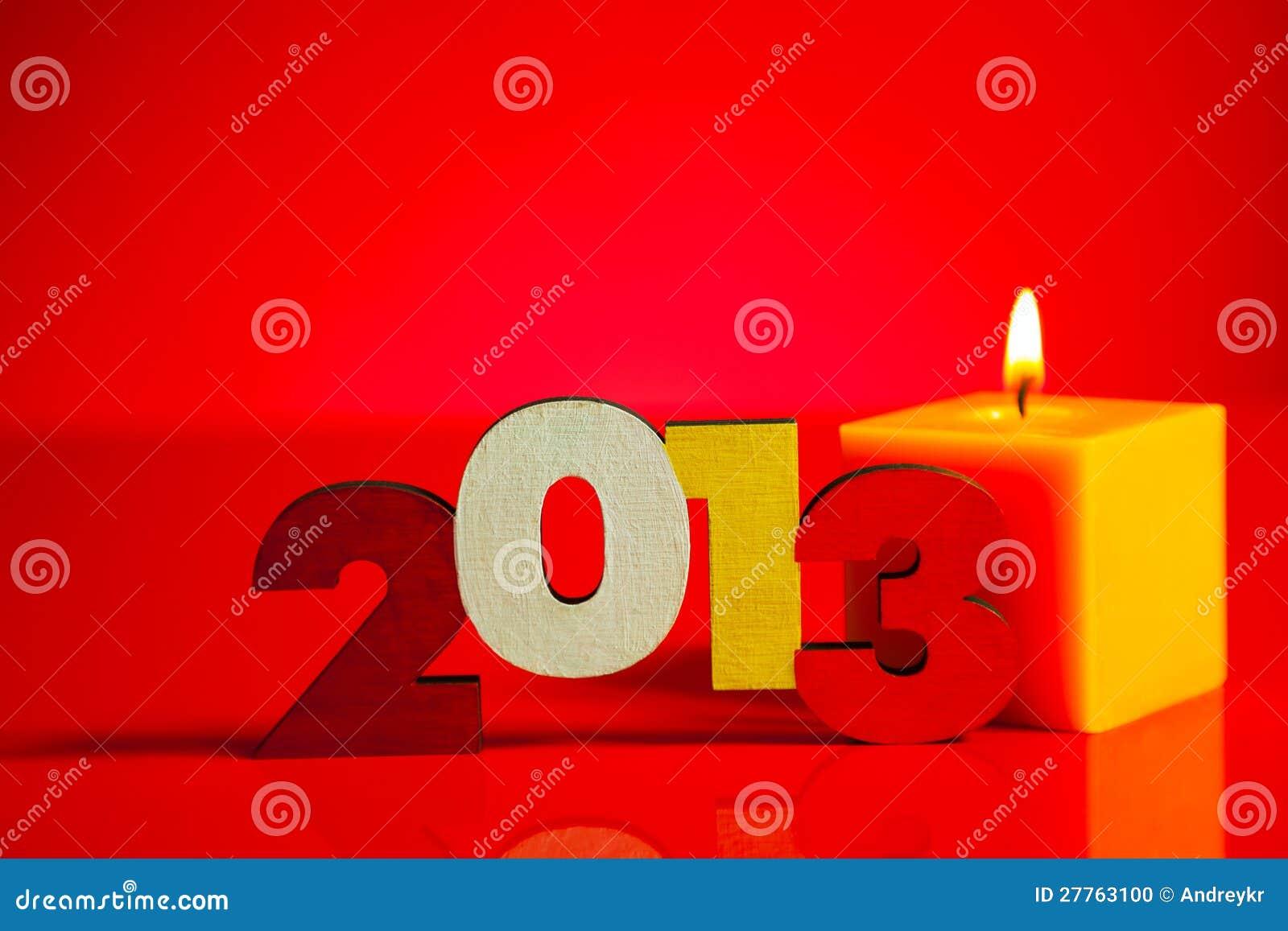 Nombre en bois de 2013 ans avec une bougie brûlante