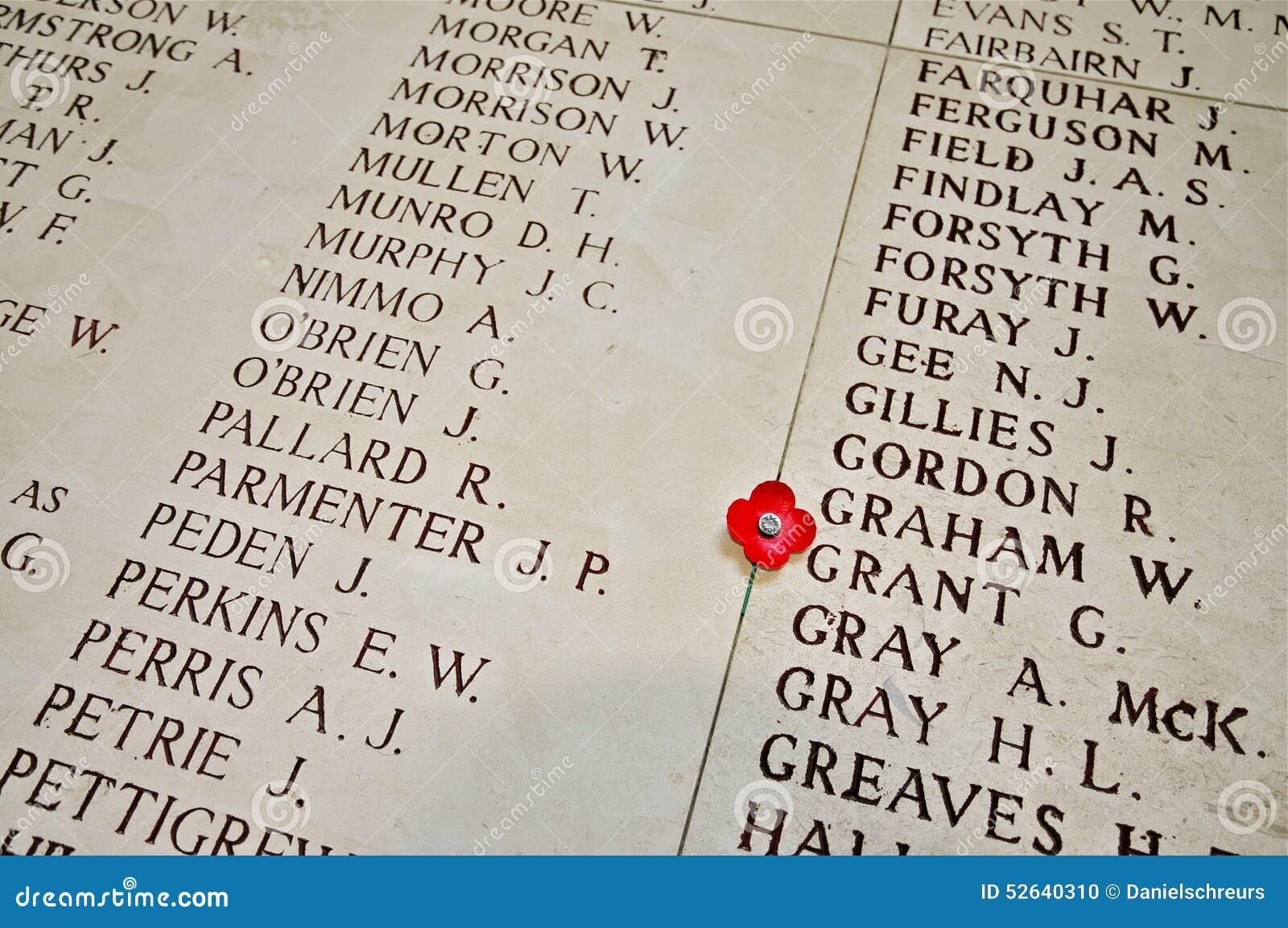Nombres inscritos en el interior de la puerta de Menin