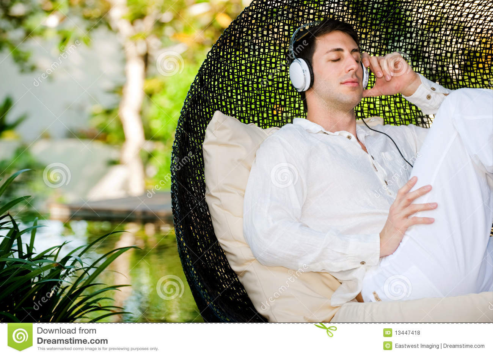 放松一个可爱的人听到音乐和户外