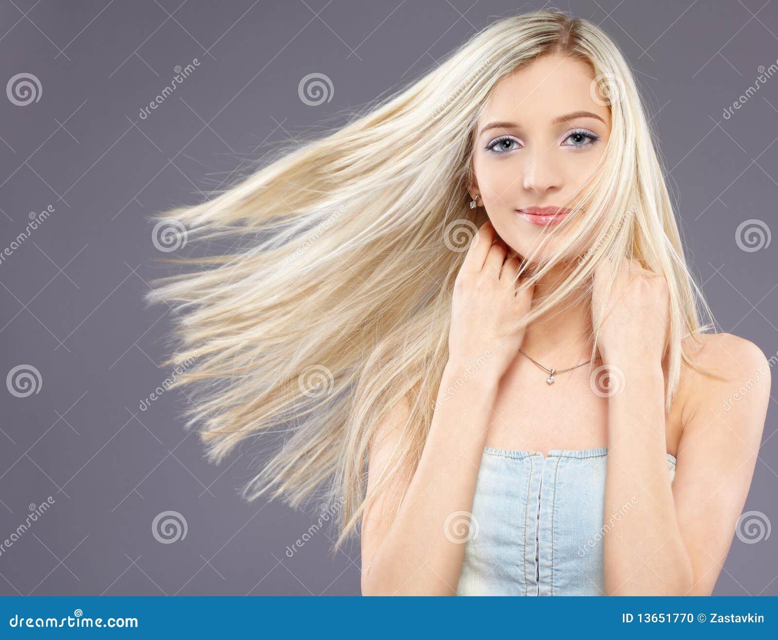 斯拉夫民族美丽的白肤金发的振翼的女孩头发的纵向.图片