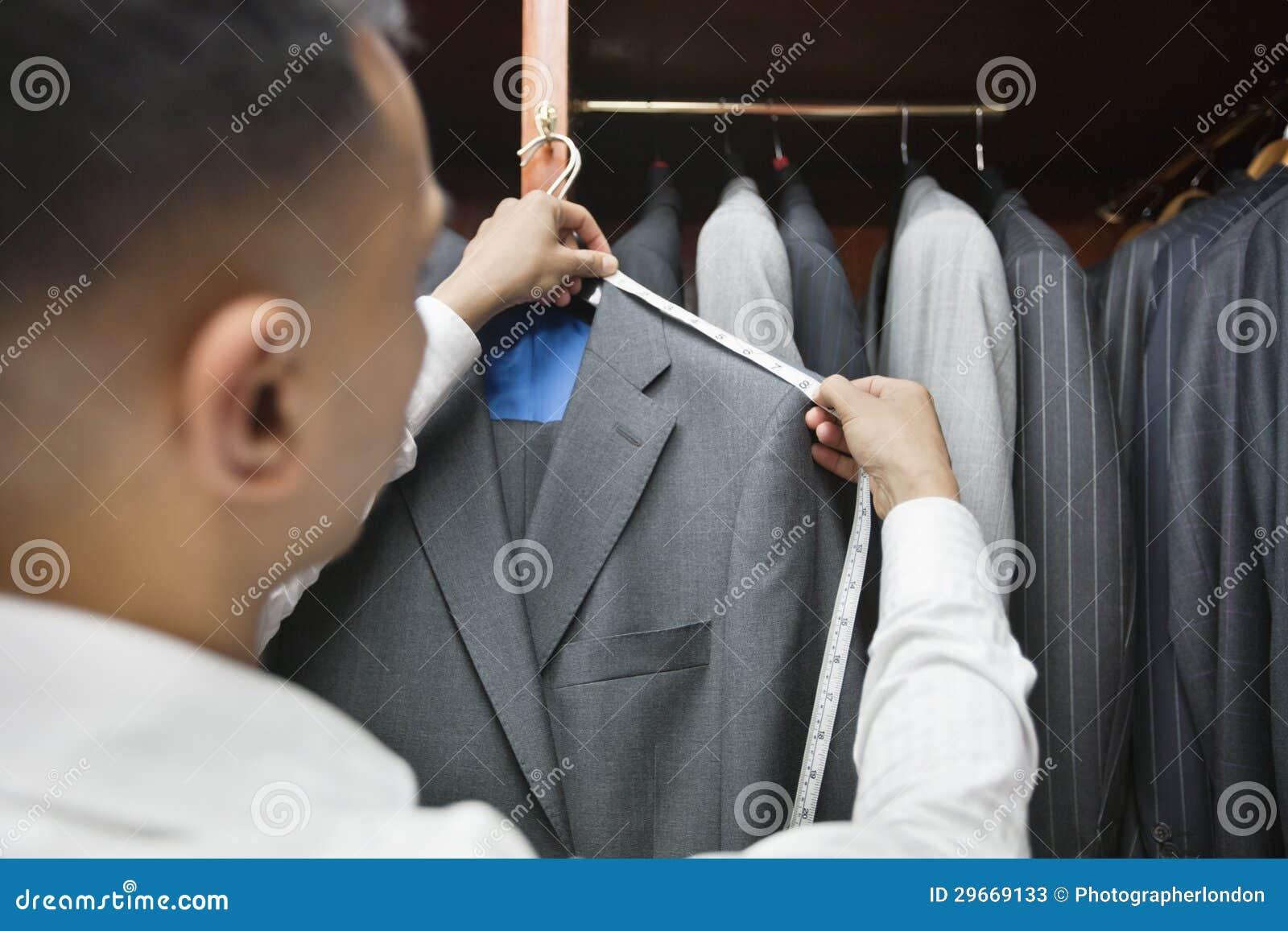 衣服的裁缝测量的肩膀