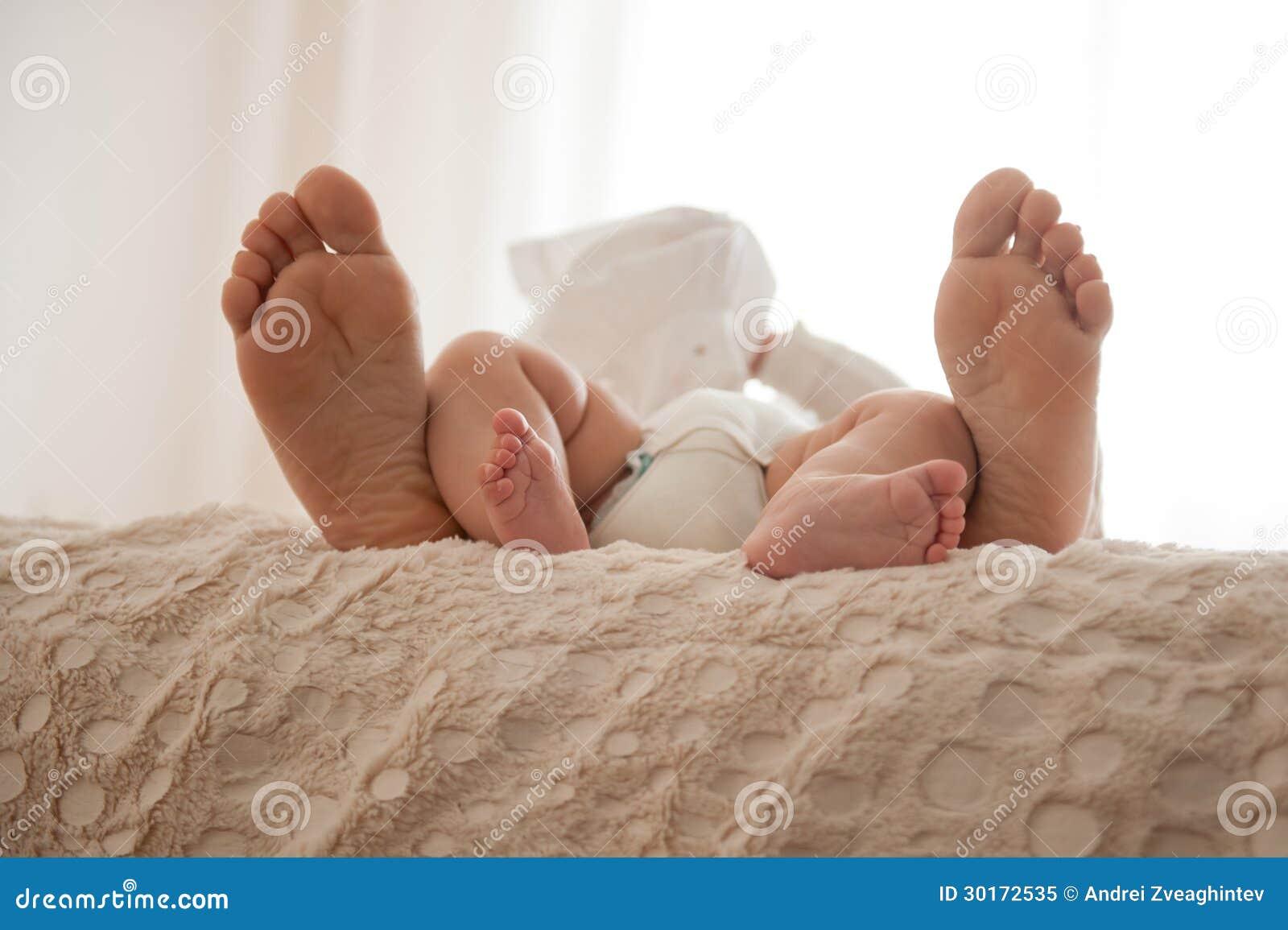 Фото ног в кровате 2 фотография