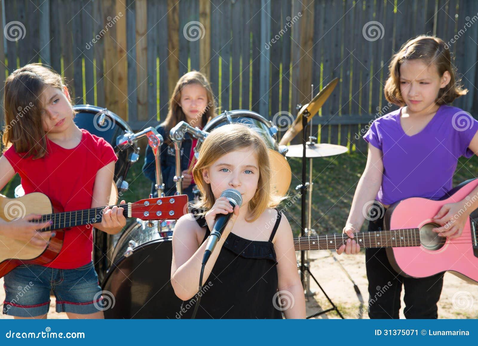 孩子戏剧乐器和女孩唱歌图片