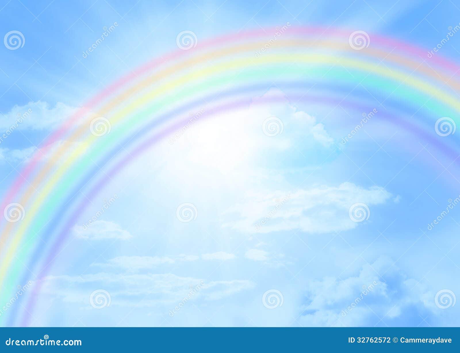 天空出现那一道彩虹_在浅兰的天空的一条彩虹与云彩和光束.