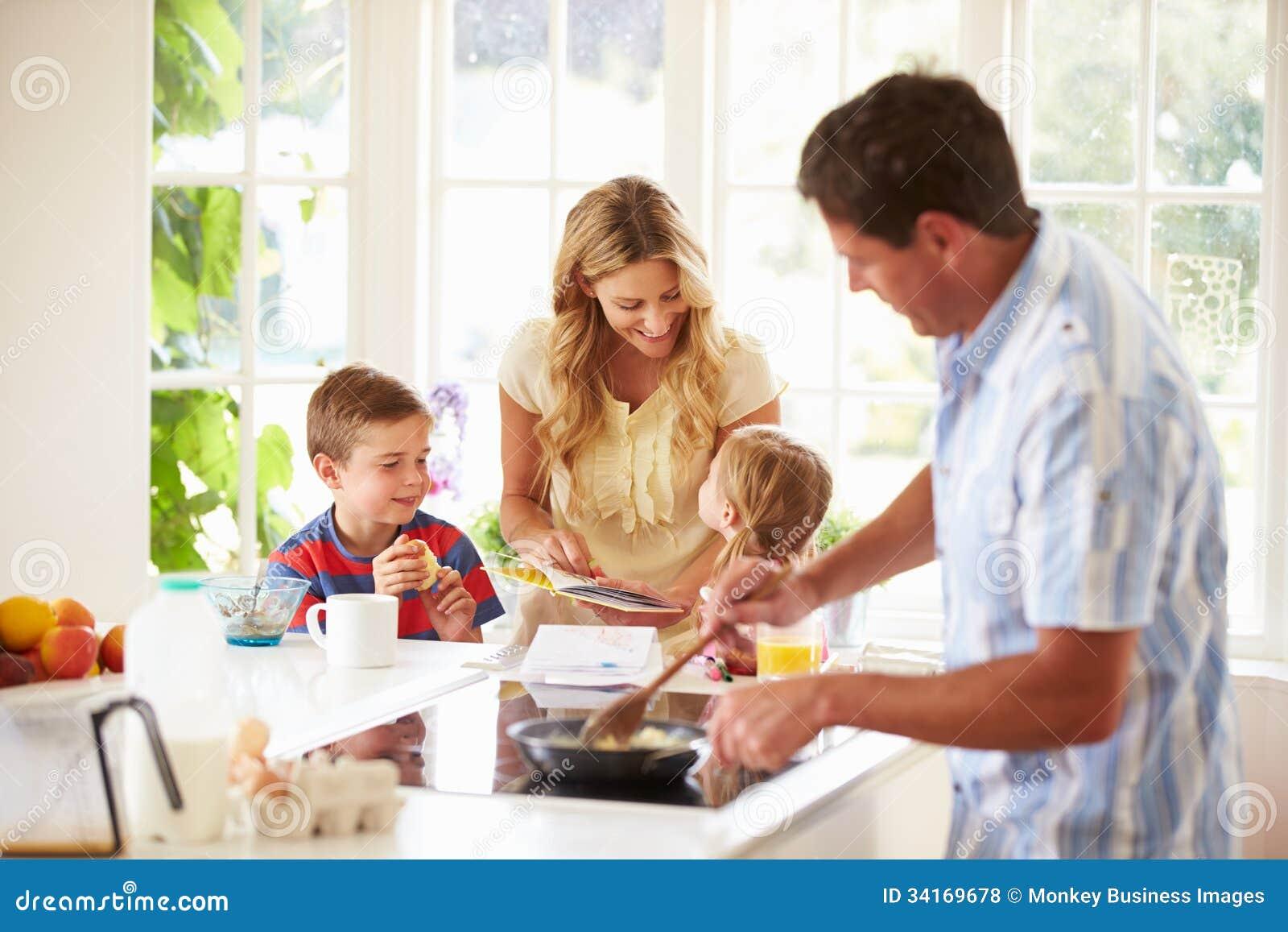 Сын с матерью на кухне 31 фотография