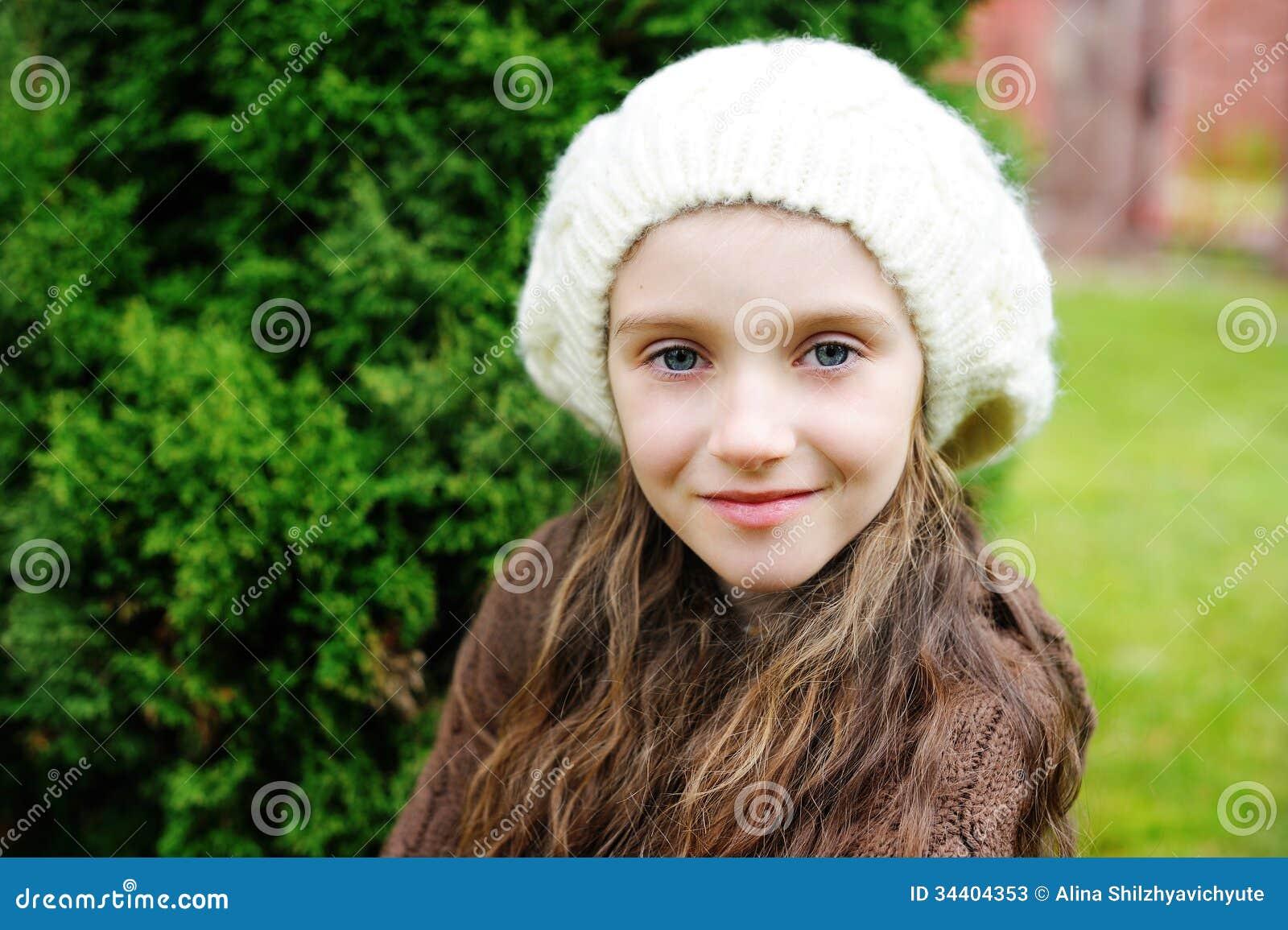 可爱的儿童女孩佩带的白色盖帽特写镜头画象.图片