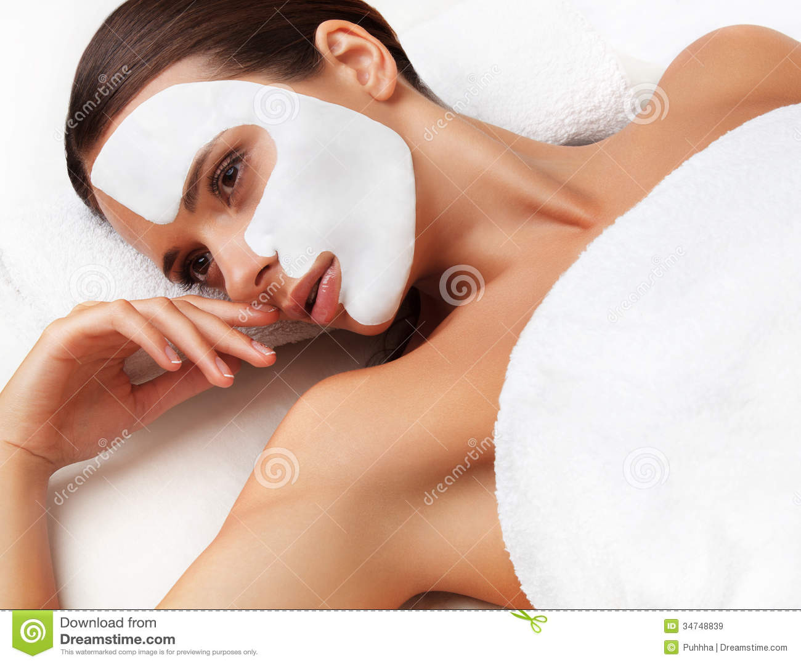 少妇裸体泡汤�9�b���_温泉沙龙的少妇与在面孔的化妆面具.