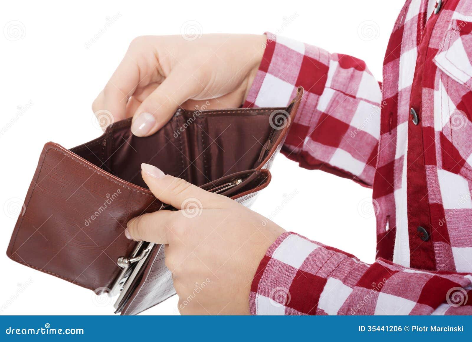 显示她空的钱包的偶然妇女