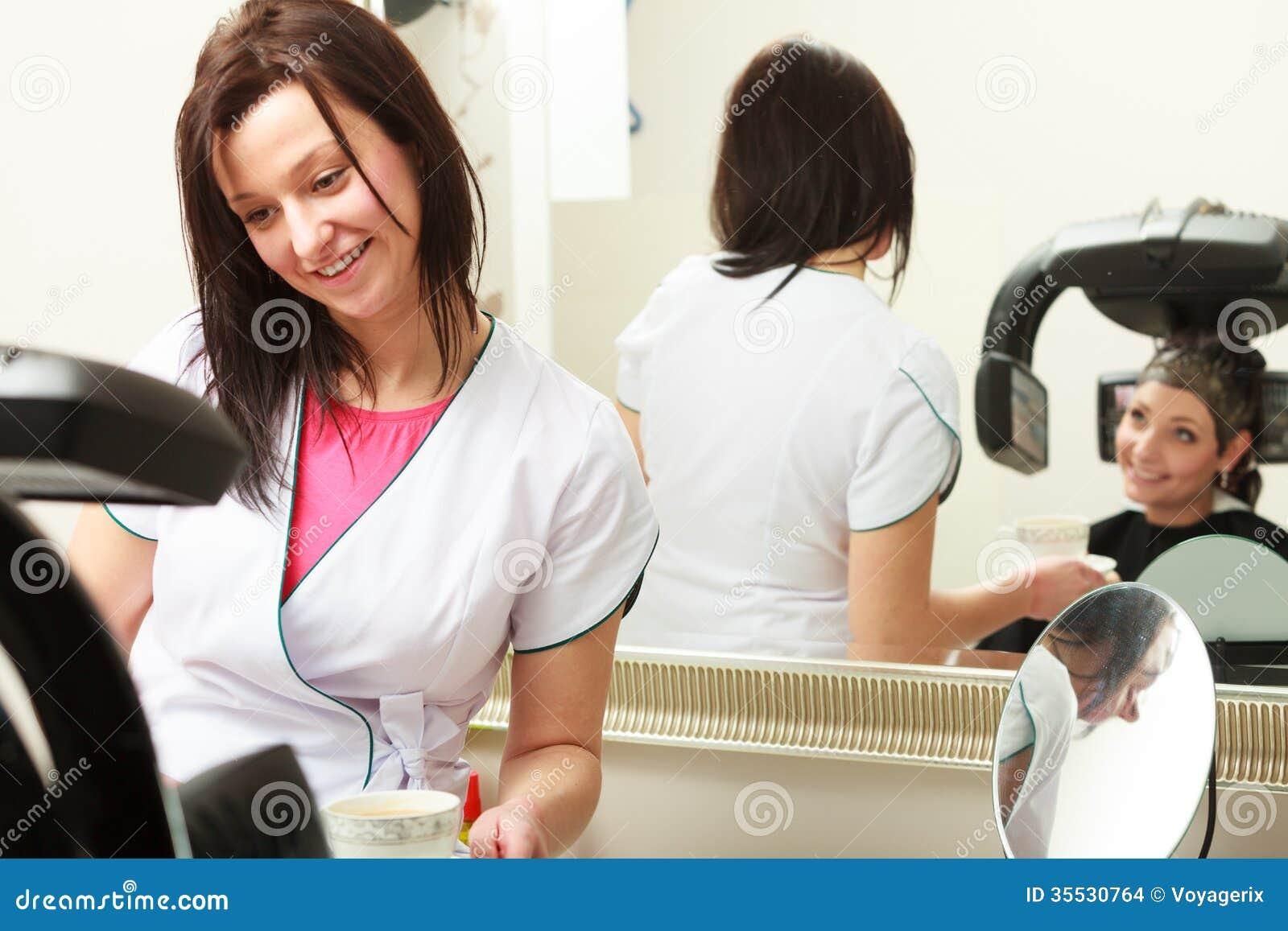 给杯子热的饮料饮料咖啡或茶妇女女性客户的美发师理发美容院的.图片