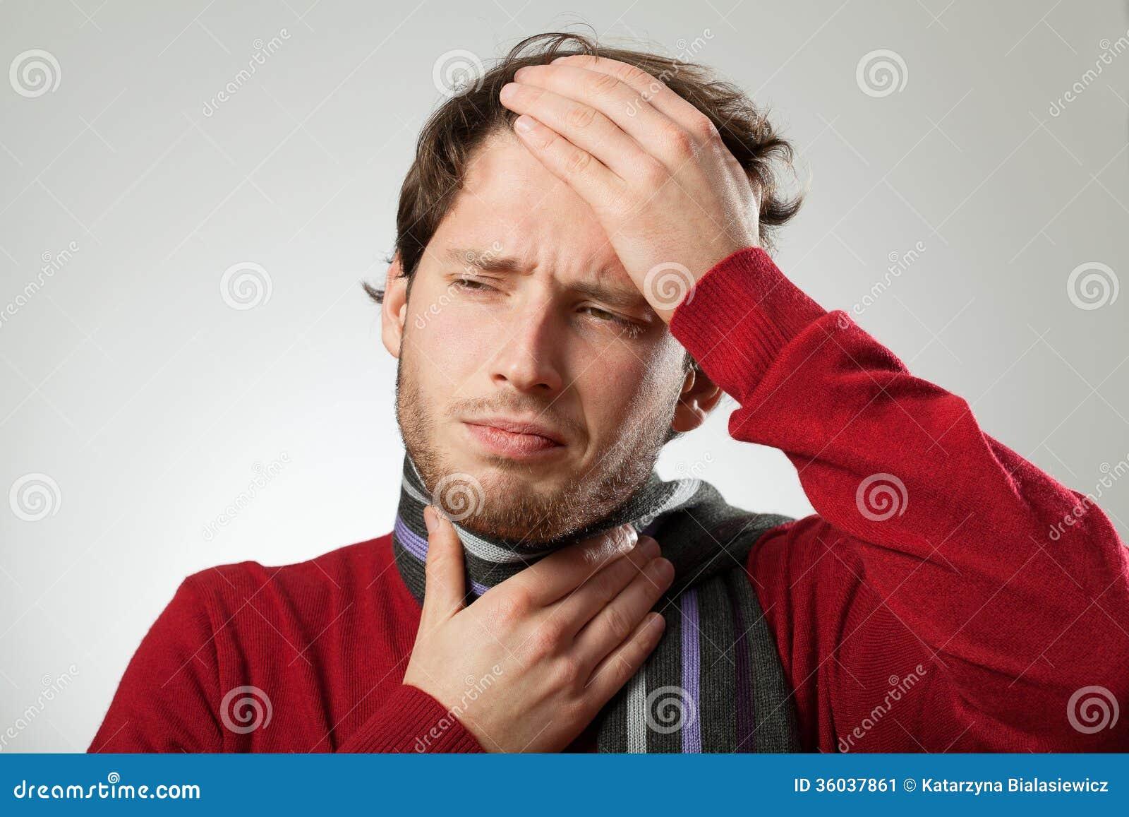 有头疼和强的喉咙痛的人大概得寒冷.