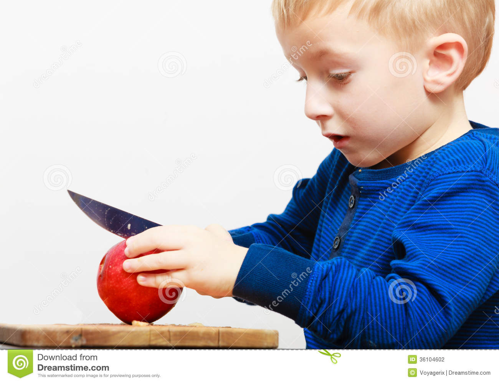 男孩儿童孩子学龄前儿童用刀子切口果子苹果在家