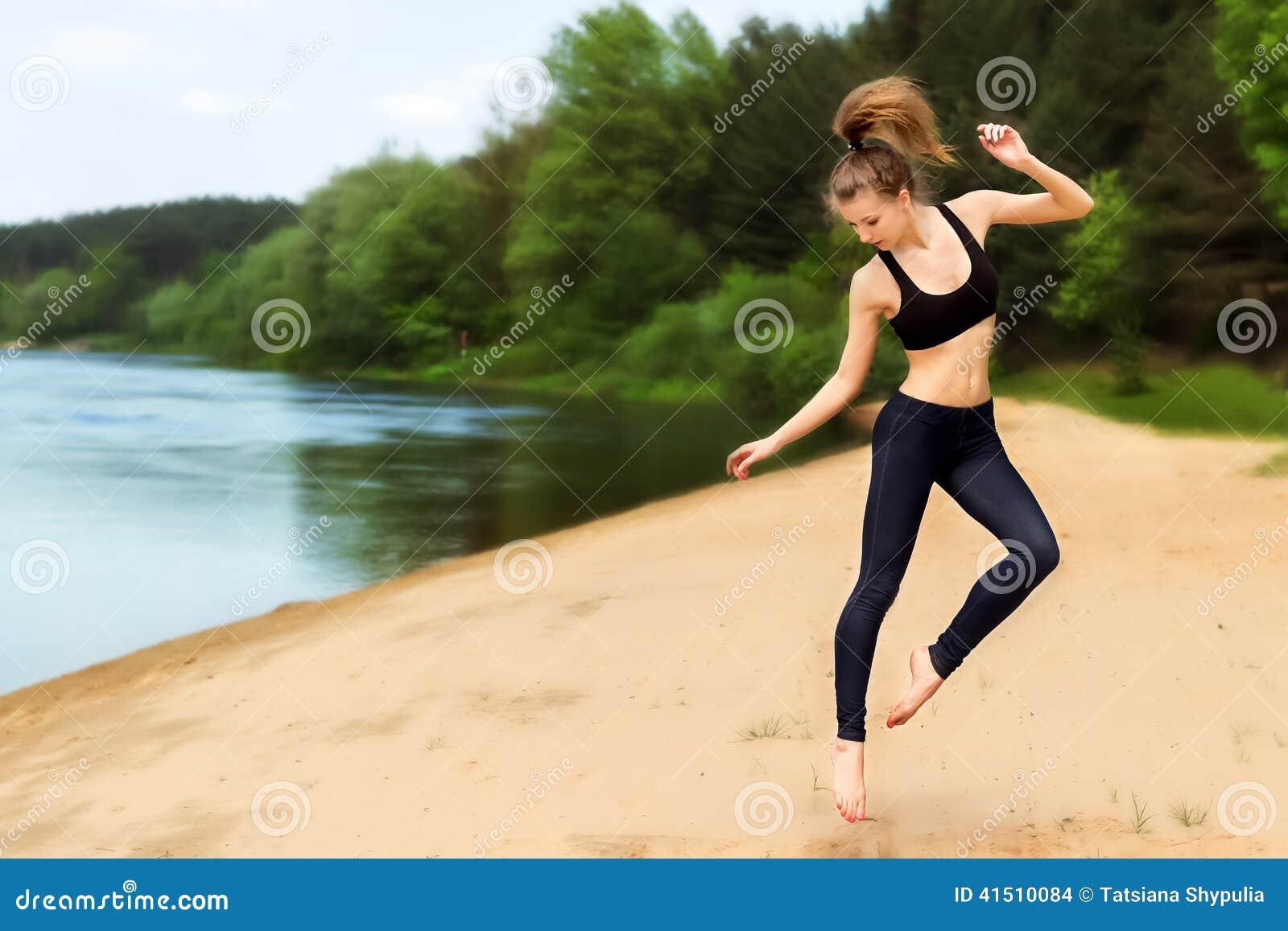 Фото девушки фитнес на пляже 3 фотография