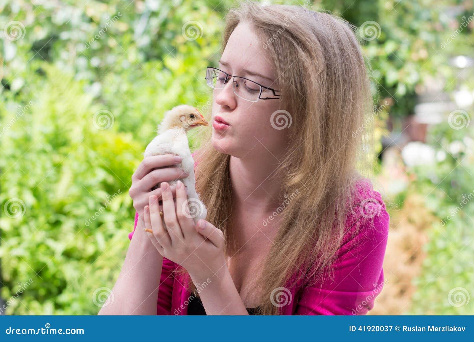 美女大人的小鸡_有一只小鸡的女孩在他的手上.