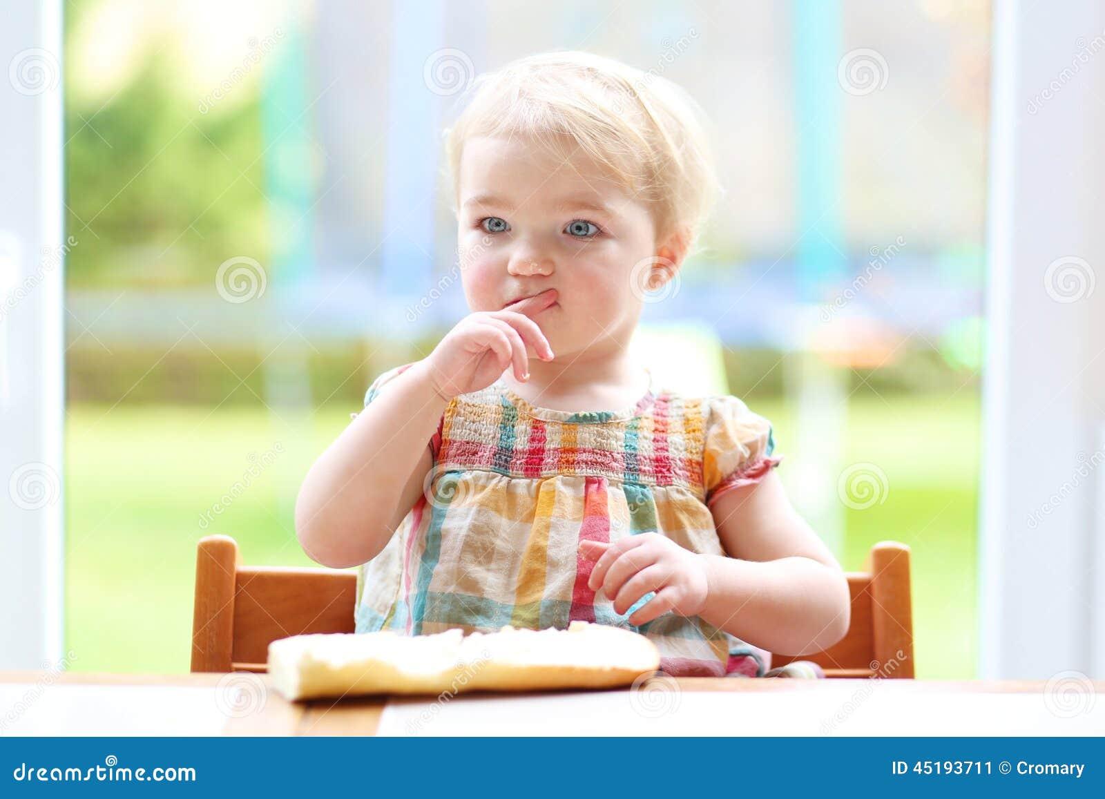 小孩吃�9���Y_吃面包用黄油的小孩