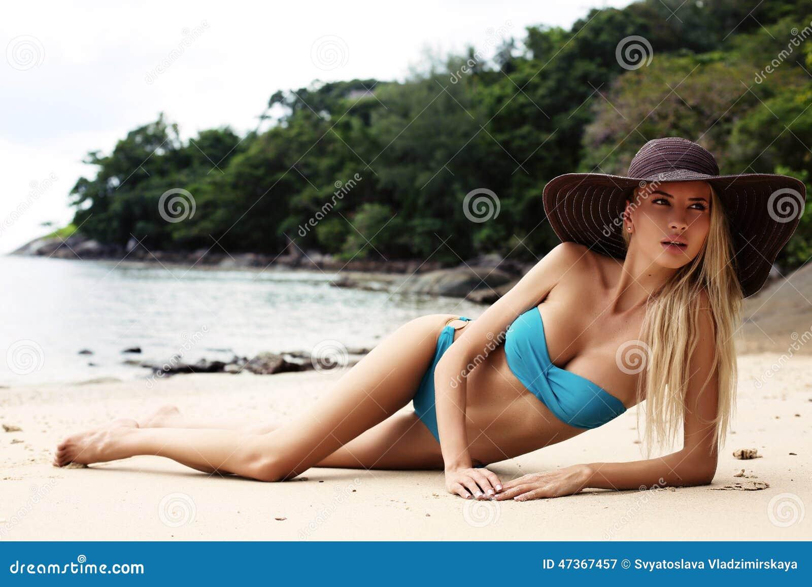 Фото девушек в бикини на природе 16 фотография