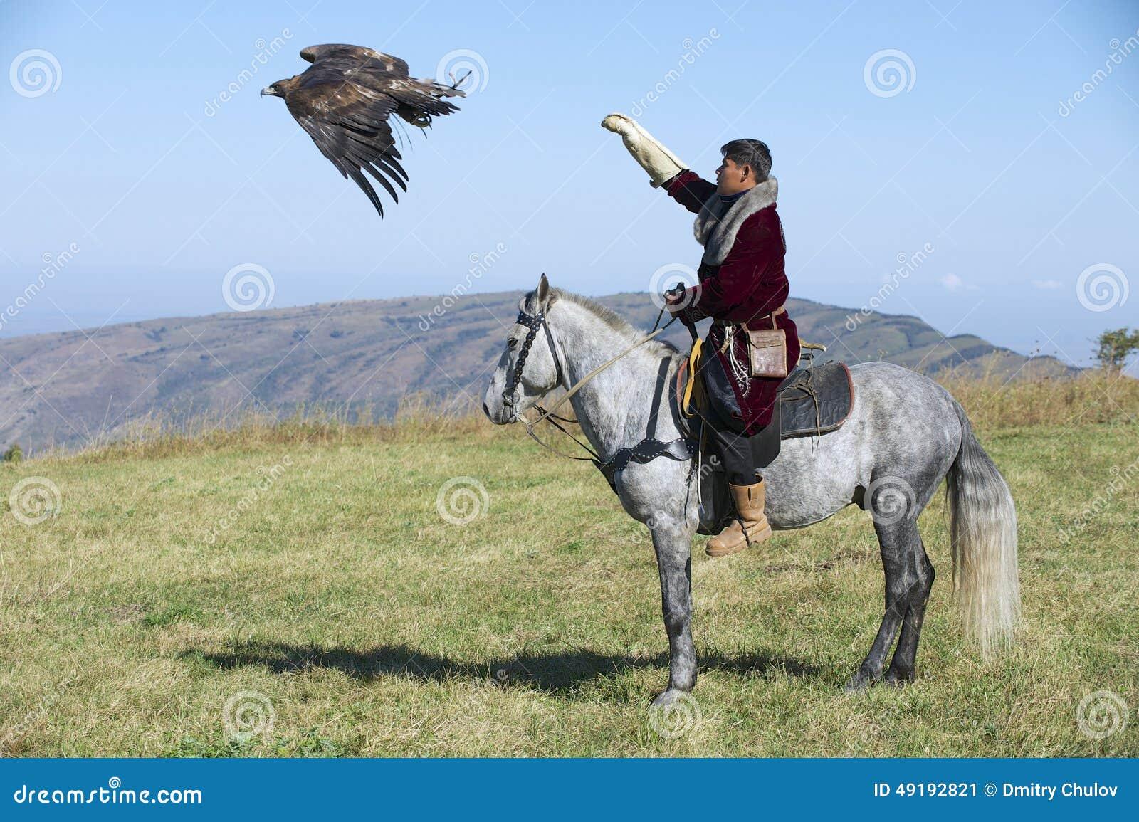 蒙古猎人发射鹫追求大约阿尔玛蒂图片